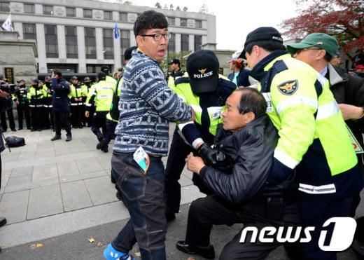 [사진]헌재 진입 시도하는 어버이연합