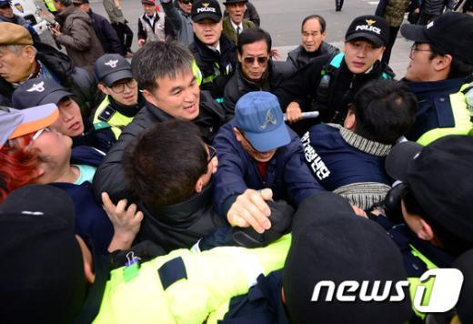 [사진]어버이연합, 헌재 진입 시도
