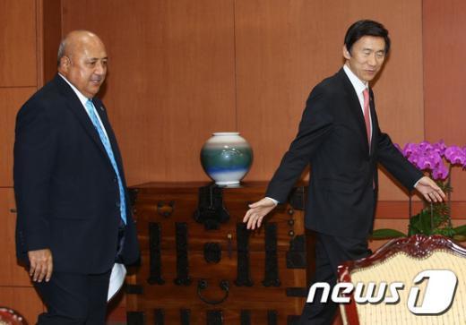 [사진]함께 걷는 한-피지 외교장관