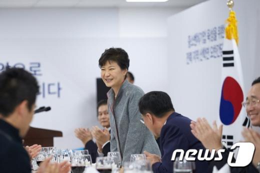 박근혜 대통령이 지난 24일 전북 전주 효성 전주공장에서 열린 지역 기업인 및 예비·초기 창업자, 산학연 대표 등과의 오찬에 참석, 인사말을 하고 있다. (청와대 제공) 2014.11.24/뉴스1 © News1