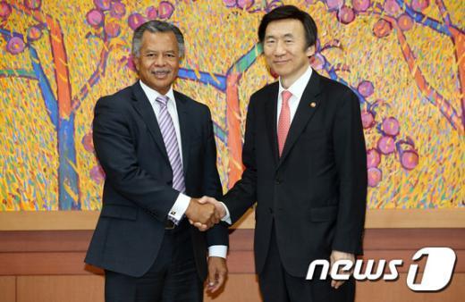 [사진]악수하는 한-쿡제도 외교장관