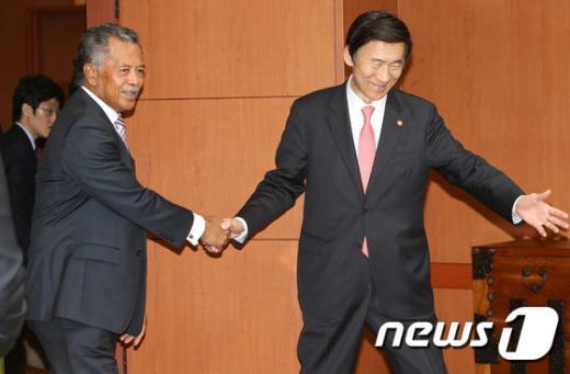 [사진]함께 걷는 한-쿡제도 외교장관