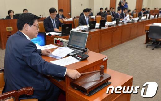 정우택 국회 정무위원장이 25일 오후 서울 여의도 국회에서 열린 정무위원회 전체회의에서 의사봉을 두드리며 개의를 선언하고 있다. 2014.11.25/뉴스1 © News1 박세연 기자