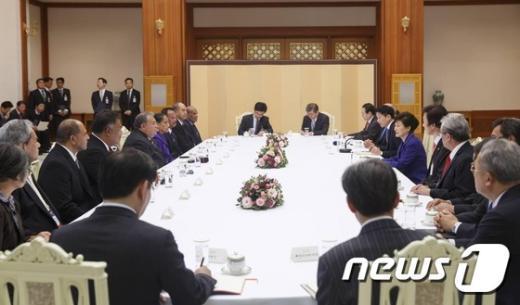 [사진]朴대통령, 한-태평양 도서국 외교장관회의 참석자들 접견