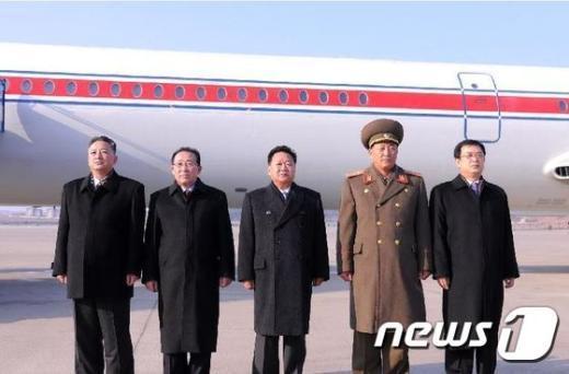 최룡해 북한 노동당비서(가운데)가 지난 17일 러시아 방문에 앞서 평양 공항에서 사진을 찍고있다. (신화통신)© 뉴스1 2014.11.18/뉴스1 © News1 정은지 기자