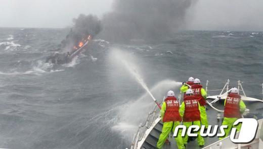 [사진]'어선 화재 진화 중'