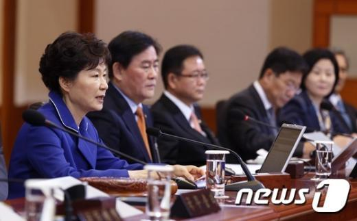 [사진]朴대통령, 한 달 만에 국무회의 주재