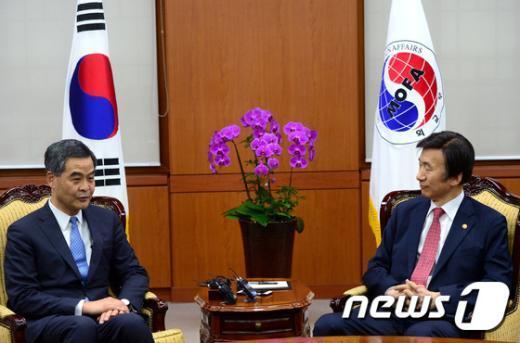 [사진]윤병세 장관, 렁춘잉 홍콩 행정수반 접견