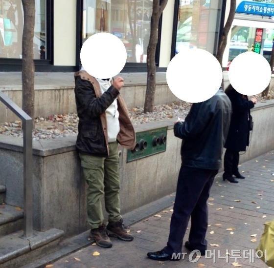 중국 관광객들이 명동 거리에서 흡연하고 있다.