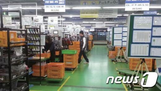 강원도 원주시에서 자동차 안전벨트를 생산하는 ㈜진성산업의 작업장 모습. © News1
