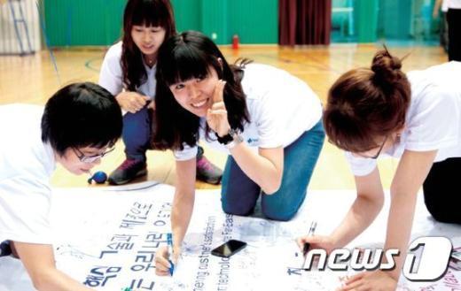 충북 충주의 보그워너베루시스템즈코리아㈜ 직원들의 모습. © News1