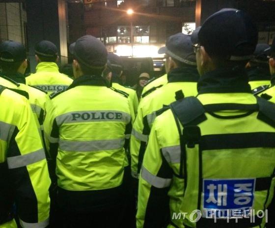 '성소수자 차별금지' 조항을 반대하며 반발하는 단체들의 시청 난입 시도를 저지하기 위해 서울시청에 경찰들이 배치돼 있다./사진=남형도 기자