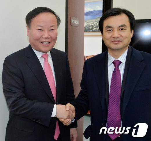 새누리당 김재원(왼쪽) 새정치민주연합 안규백 원내수석부대표. 2014.12.5/뉴스1 © News1 손형주 기자