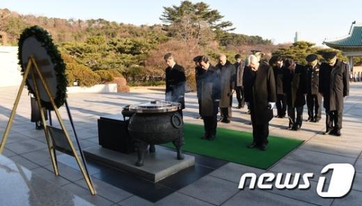 [사진]묵념하는 박인용 국민안전처 장관