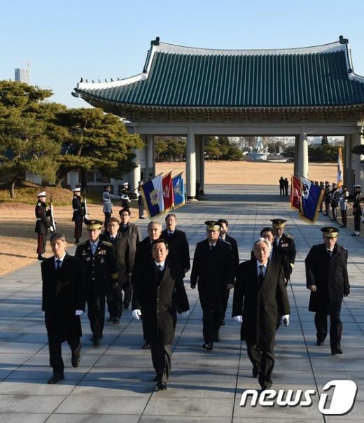 [사진]국립현충원 참배한 박인용 장관