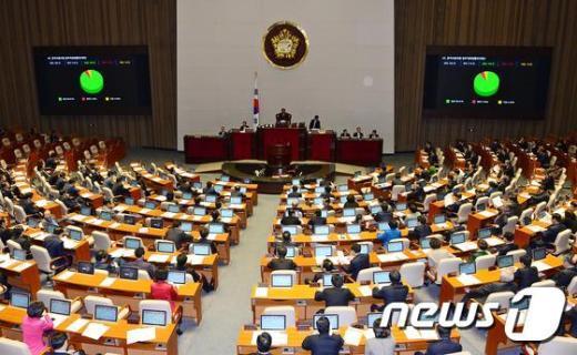 [사진]국회 본회의 통과한 '관피아 방지법'