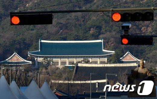5일 오후 광화문 네거리에서 바라본 청와대 방향에 붉은 신호등이 켜져 있다. 2014.12.5/뉴스1 © News1 박정호 기자