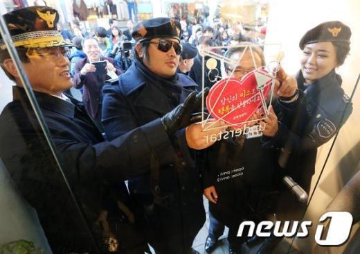 [사진]김보성 '미소를 선물하세요'