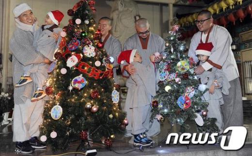[사진]대관음사 마당에 불밝힌 성탄트리