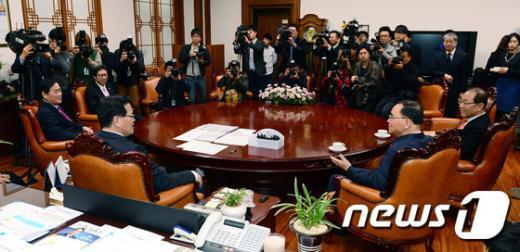 [사진]정홍원 총리와 경제-사회 부총리, 국회의장 회동