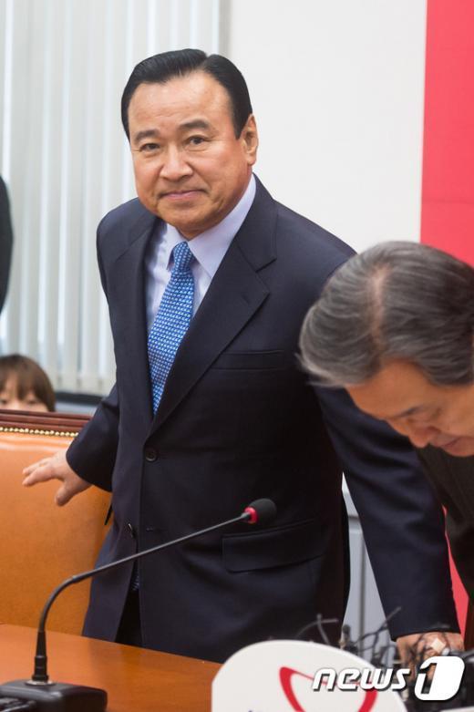 [사진]최고위원회의 참석한 이완구 원내대표