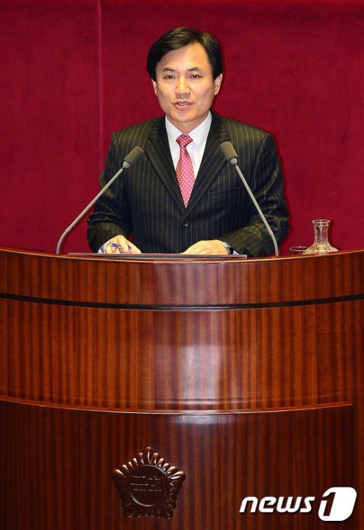 [사진]긴급현안질문 하는 김진태 의원