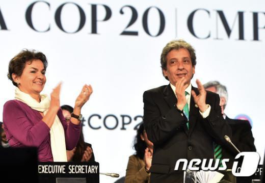 14일(현지시간) 페루 리마에서 열린 제20차 유엔기후변화회의에서 온실가스 감축 초안을 채택한 직후 크리스티아나 피구에레스 유엔 기후변화협약 사무총장(왼쪽) 등이 박수를 치고 있다. © AFP=뉴스1