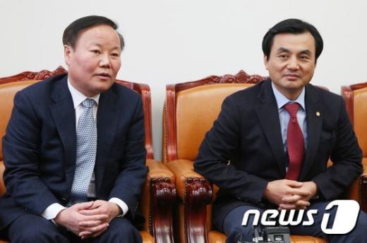 [사진]질문 받는 김재원-안규백