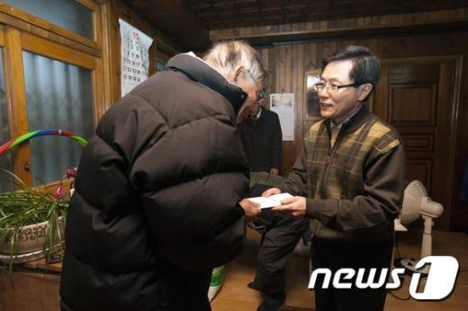 [사진]위문금 전달하는 윤종록 차관