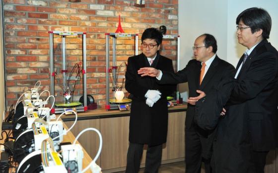 15일 오픈한 창의디자인센터에서 서교일 총장이 전창완 센터장으로부터 3D프린터에 대해 설명을 듣고 있다. 사진제공=순천향대학교
