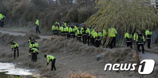 수원 팔달산 토막시신과 관련해 수색작업을 벌이고 있는 경찰. (뉴스1 자료사진) © News1 김영진 기자