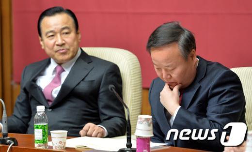 [사진]굳은 표정의 이완구-김재원