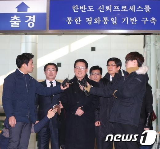 [사진]박지원, '김정일 조화' 전달위해 방북