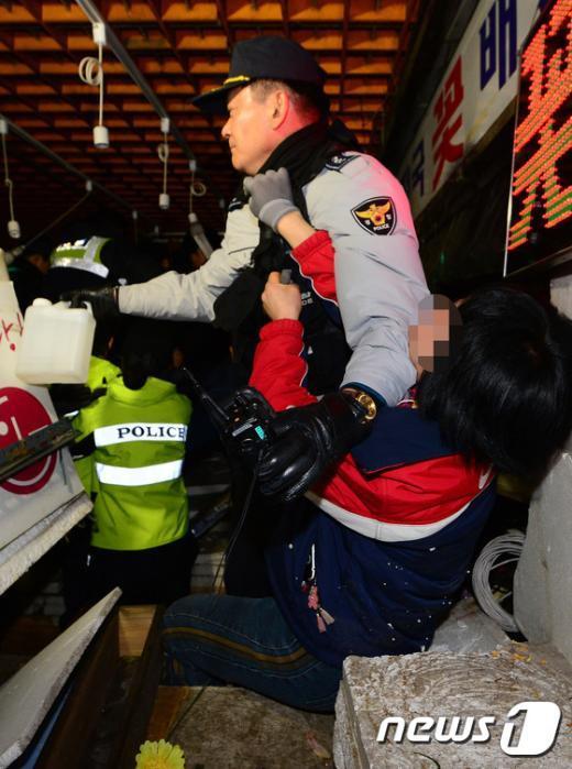 [사진]시너통 들고 저항하는 고속터미널 상인들