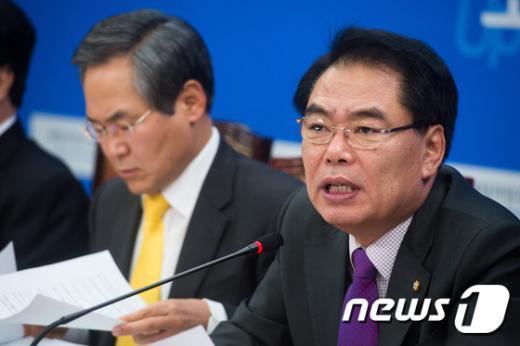 [사진]모두발언하는 백재현 새정치연합 정책위의장