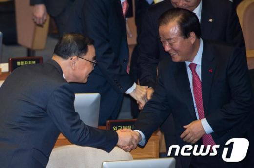 [사진]국회부의장과 악수하는 정홍원 총리