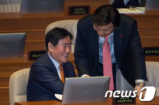 [사진]본회의 출석한 최경환-윤병세