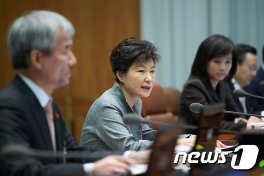박근혜 대통령이 15일 오전 청와대에서 수석비서관회의를 주재하고 있다. (청와대) 2014.12.15/뉴스1 © News1