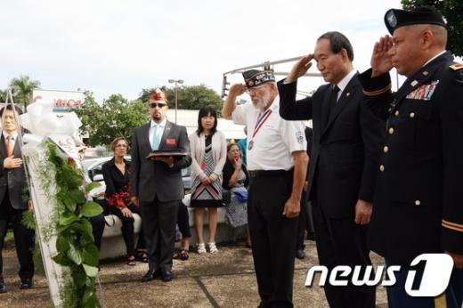 [사진]경례하는 박승춘 처장
