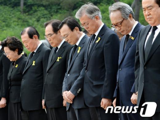 고 노무현 전 대통령 서거 5주기 추도식이 거행된 지난 5월 23일 오후 경남 김해시 봉하마을에서 이해찬 노무현재단 이사장(오른쪽 네번째), 문재인 새정치민주연합 의원(오른쪽 세번째) 등 주요인사들이 묵념을 하고 있다. 2014.5.23/뉴스1 © News1