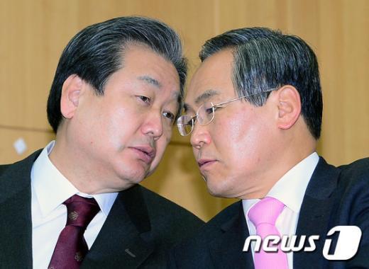 [사진]귀엣말 나누는 김무성-우윤근