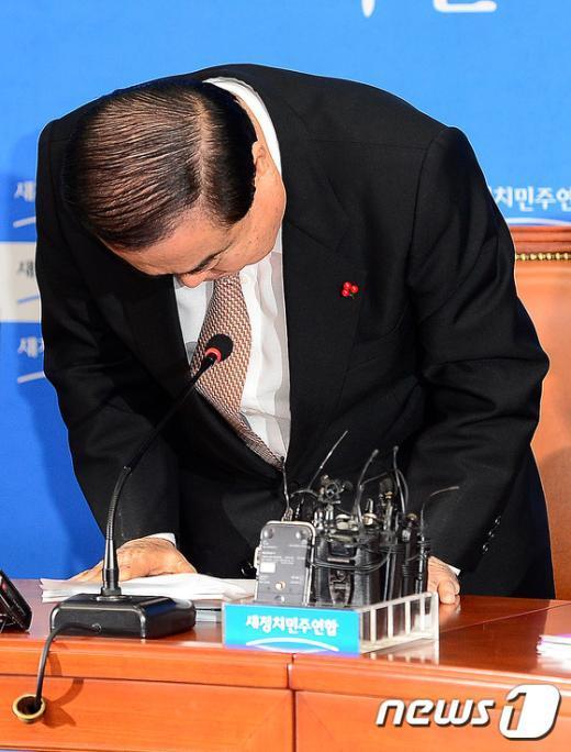 [사진]고개숙여 사과하는 문희상 비대위원장