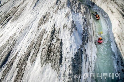알레치 빙하에서 보디보드를 타는 용감한 두 모험가./사진=영국 일간지 데일리메일