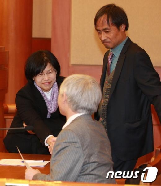 [사진]대화 나누는 이정희 대표