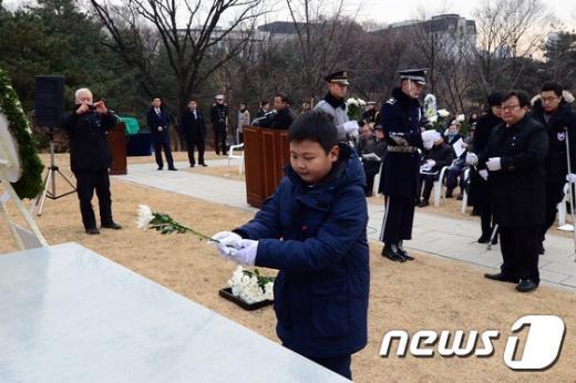 [사진]헌화하는 윤봉길 의사 후손