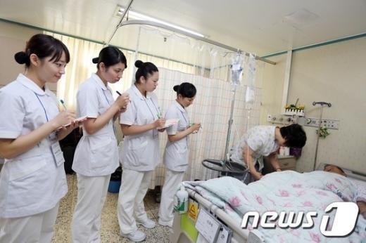 호스피스 병동 말기 암 환자와 간호사들./뉴스1© News1