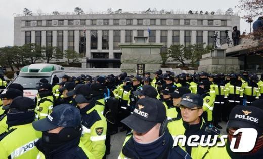 [사진]헌법재판소 앞 지키는 경찰병력