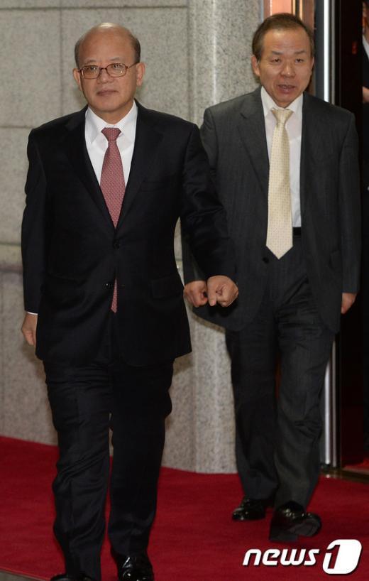 박한철 헌법재판소 소장(왼쪽)과 김이수 재판관이 통합진보당 해산 심판 청구 사건에 관한 재판관 평의를 마치고 퇴근하고 있다. 2013.11.7/뉴스1 © News1