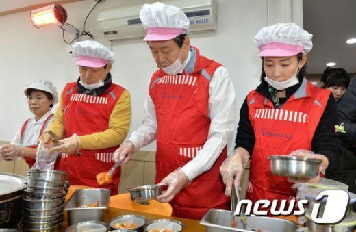 [사진]김무성 대표 '불우한 이웃 위한 도시락 봉사'