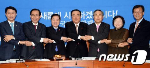 [사진]문희상 '2기 비대위원들과 손잡고'